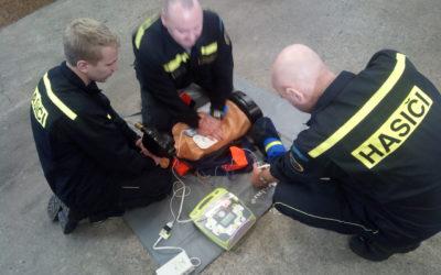 Podnikový hasiči trénují resuscitaci